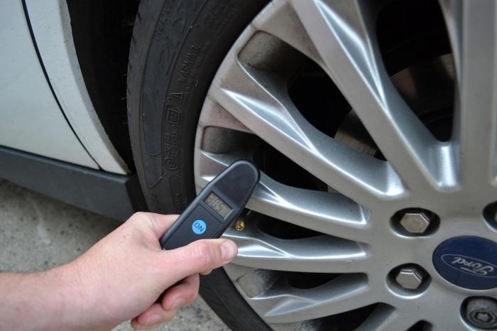 Digitálny manometer-merač tlaku v pneumatikách
